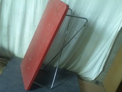 Table basse rouge chrome
