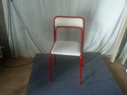 Chaise rouge et blanche